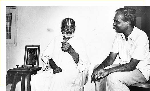 Shri TKV Desikachar of Krishnamacharya Yoga Mandiram (KYM) Late Shri T. Krishnamacharya with his student and son Shri TKV Desikachar